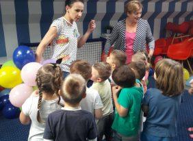 """Wycieczka przedszkolaków do """"Nibylandii"""" jako nagroda za zainicjowanie i czynny udział w Akcji """"Zbieramy makulaturę-ratujemy lasy"""""""